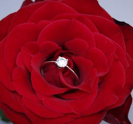 Pierścionek zaręczynowy - jaki kupić? Poradnik